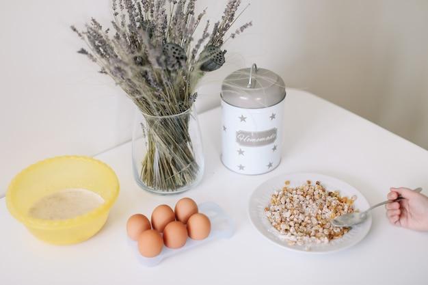Cottura degli ingredienti per pasticceria in cucina.