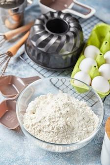 Ingredienti e utensili da forno, farina, uova, teglia