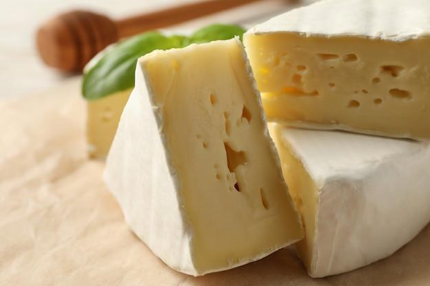 Carta da forno con formaggio camembert, basilico e mestolo