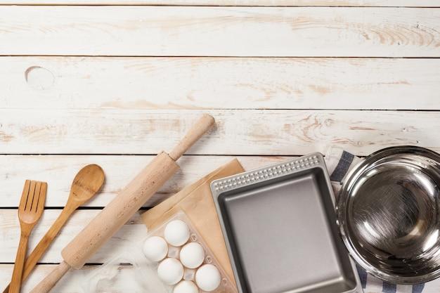 Preparazione di cottura, vista dall'alto di una varietà di utensili da forno e ingredienti