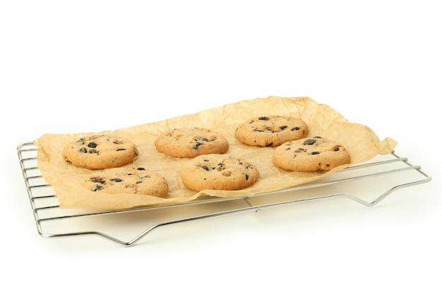 Griglia da forno con biscotti di zucca isolati su sfondo bianco.