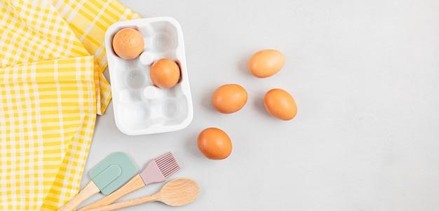 Utensili da forno e ingredienti da cucina per torte, pasta e pasticceria. lay piatto con uova, farina.