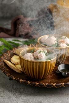 Bakso o baso è una zuppa di polpette indonesiana