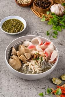 Bakso è una polpetta indonesiana la sua consistenza è simile alla polpetta di pesce cinese
