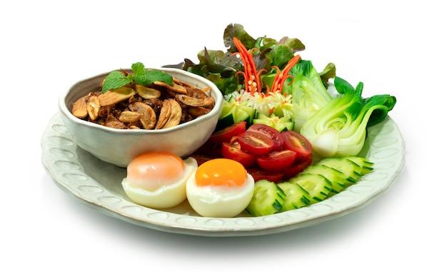 Balachaung chilli shrimps pasta secca stile birmano servito verdure e uova sode sideview