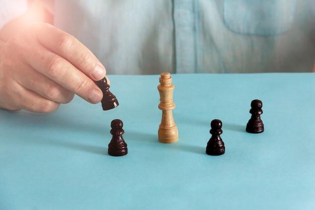 Concetto di equilibrio con pezzi degli scacchi. messa a fuoco selettiva. copia spazio.