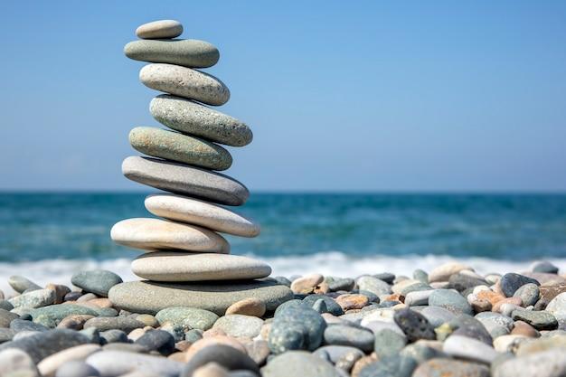 Bilancia una piramide di pietre levigate sulla riva del mare