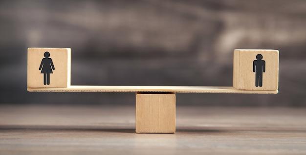 Bilancia realizzata in cubi di legno.