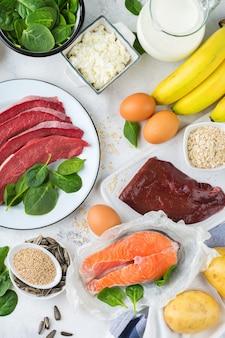 Nutrizione dieta equilibrata, concetto di alimentazione sana. fonti alimentari ricche di vitamina b6, piridossina su un tavolo da cucina. sfondo piatto vista dall'alto
