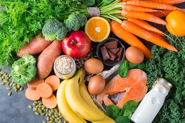 Concetto di nutrizione equilibrata, asma e cibo per alleviare le vie respiratorie, dieta alimentare pulita. assortimento di ingredienti sani ricchi di vitamina d, a, beta-carotene, magnesio per cucinare su un tavolo da cucina.