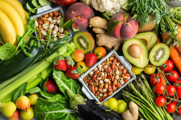 Concetto di nutrizione equilibrata per una dieta alcalina pulita. assortimento di ingredienti alimentari sani per cucinare su un tavolo da cucina. sfondo piatto vista dall'alto