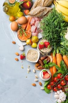 Concetto di nutrizione equilibrata per dash clean eating dieta mediterranea flessibile per fermare l'ipertensione e la pressione bassa. assortimento di ingredienti alimentari sani per cucinare su un tavolo da cucina.