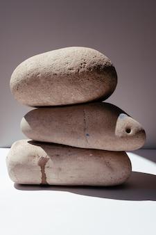 Pietre di bilanciamento pietre per trattamenti termali su sfondo bianco il concetto di meditazione