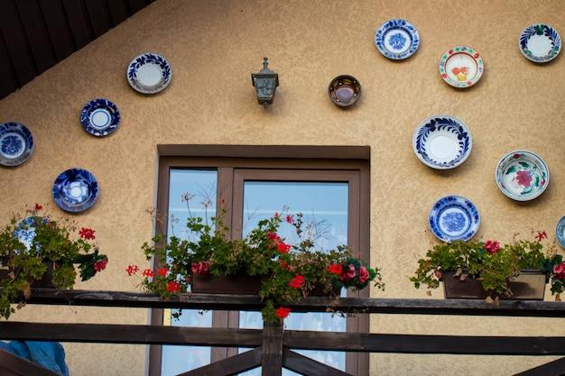 Balcone di una casa decorata con piatti diversi