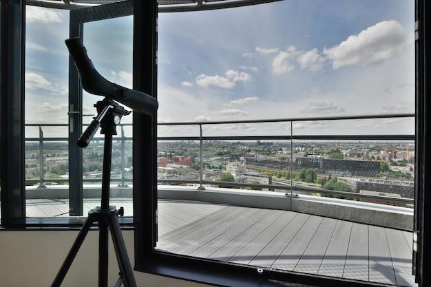 Balcone con una vista eccellente degli edifici della città e del fiume