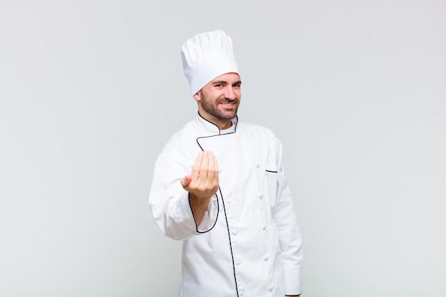 Uomo calvo che si sente felice, di successo e fiducioso, affronta una sfida e dice di portarlo avanti! o darti il benvenuto