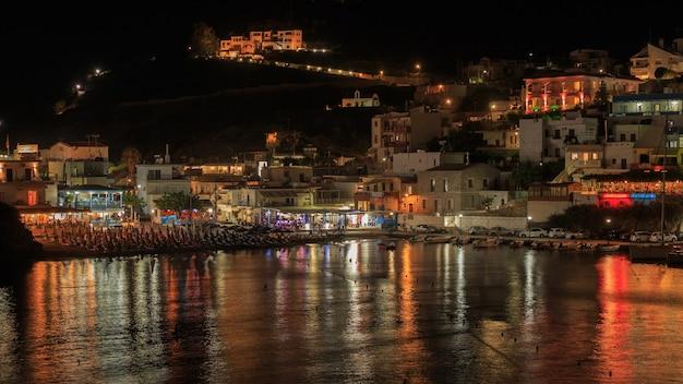 Villaggio di bali al paesaggio notturno