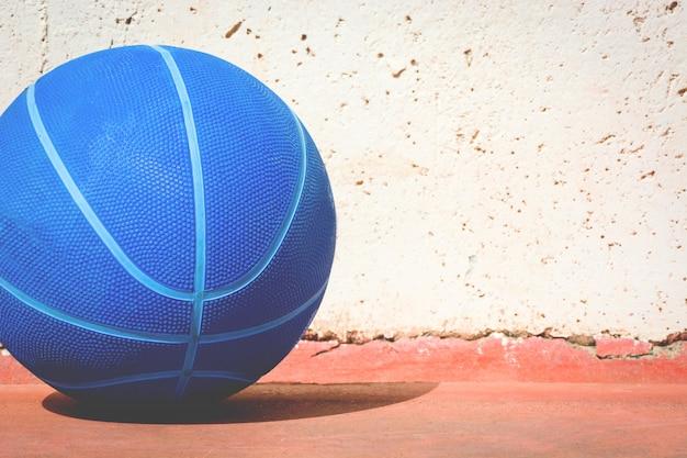 Palla nello spazio della copia del campo di pallacanestro