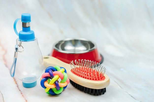 Palla, pennello e bottiglia d'acqua per cane con spazio di copia
