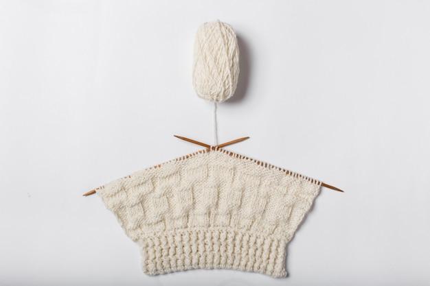 Gomitolo di lana e ferri da maglia