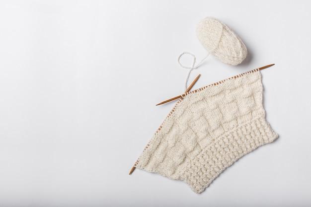 Gomitolo di lana e lavoro a maglia