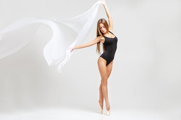 Ballerina in abito nero
