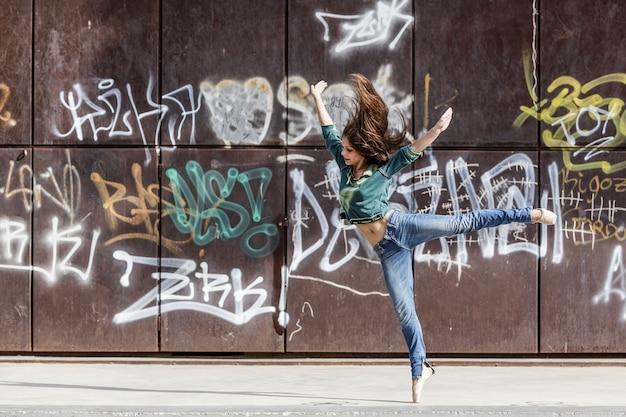 Ballerina che balla la danza contemporanea in un parco urbano