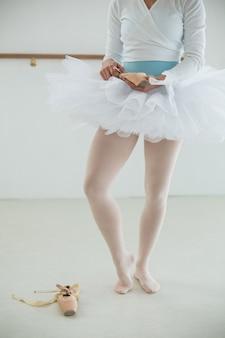 Ballerina in possesso di scarpe da balletto