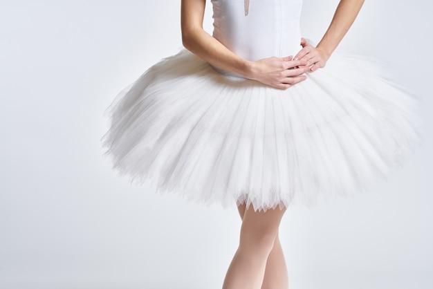 Ballerina in scarpe da punta contro un muro leggero