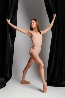 Colpo pieno di posa della ballerina