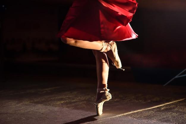La ballerina mostra gambe e punte.