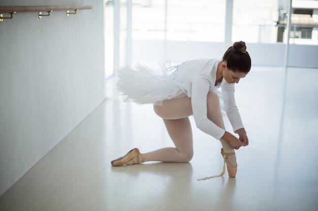 Ballerina indossa scarpe da balletto
