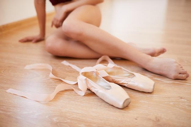 Piedi di ballerine e scarpe da punta