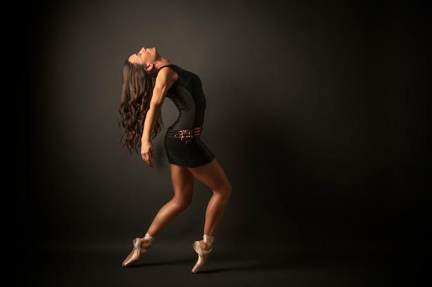 Ballerina vestita di maglia nera