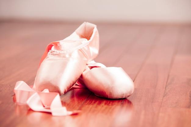 Scarpa da ballo su un pavimento di legno.