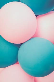 Palloncini turchese chiaro e rosa. sfondo. avvicinamento.