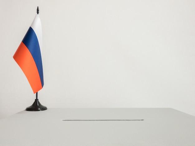 Urne con bandiera nazionale della russia. elezioni presidenziali nel 2018