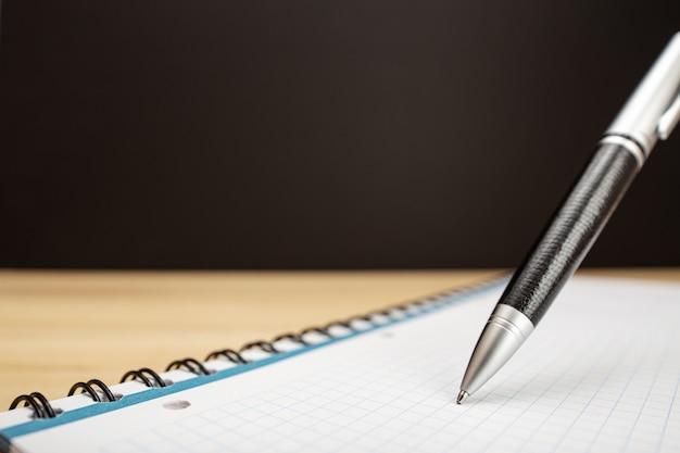 Penna a sfera e taccuino da vicino. idea, lavoro, apprendimento o concetto di scrittura. copia spazio