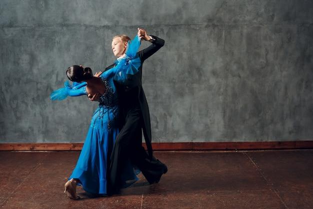 Ballo liscio. coppia giovane ballerini da sala. ballo latino e ballerino