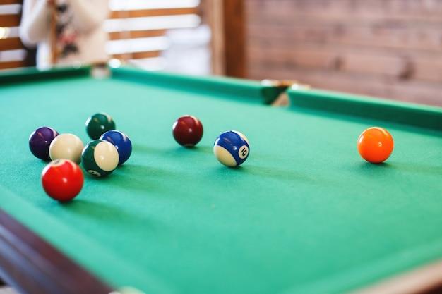 Palle su un tavolo da biliardo gioco di biliardo americano