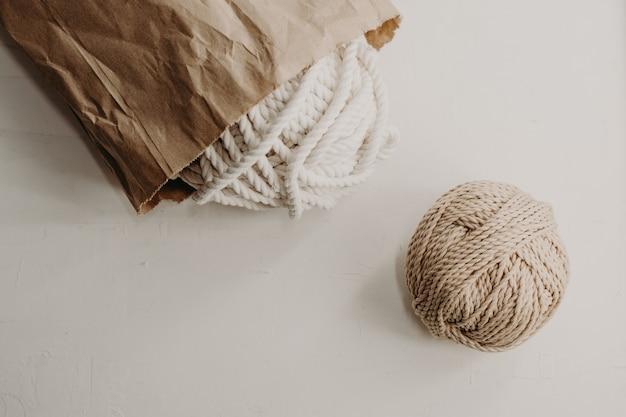Gomitoli di filo di cotone per realizzare il macramè.