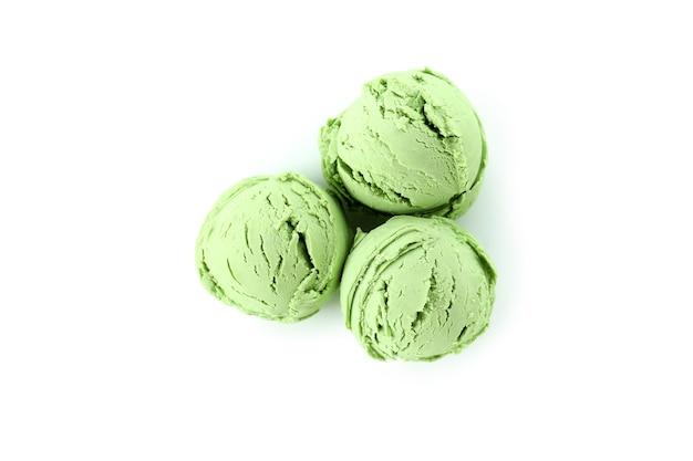Palline di gelato alla menta isolato su bianco