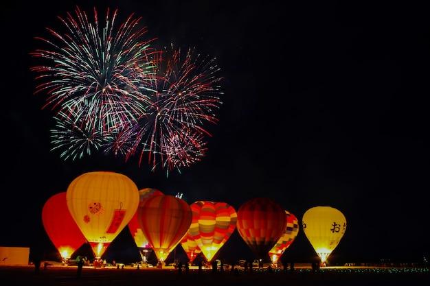 Palloncini e fuochi d'artificio a ojiya, giappone