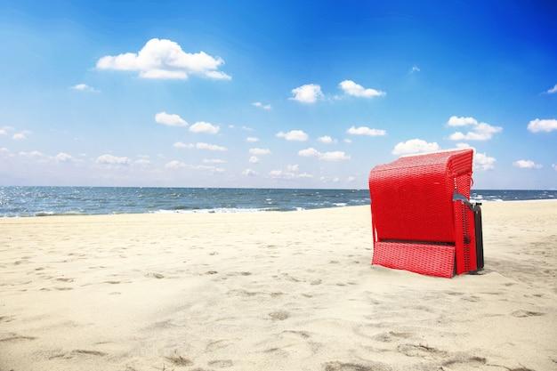 Spiaggia del mar baltico con dune e vista sull'oceano. sfondo vacanza.