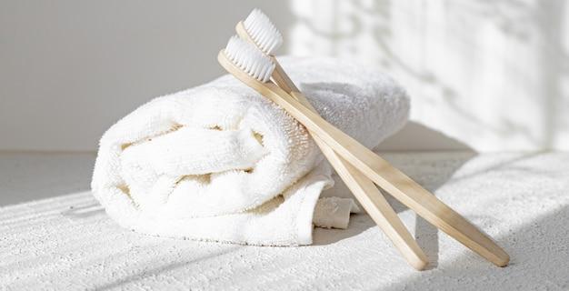Spazzole e asciugamani di bambù. luce e ombre. cure termali. preoccupazione per l'ambiente.