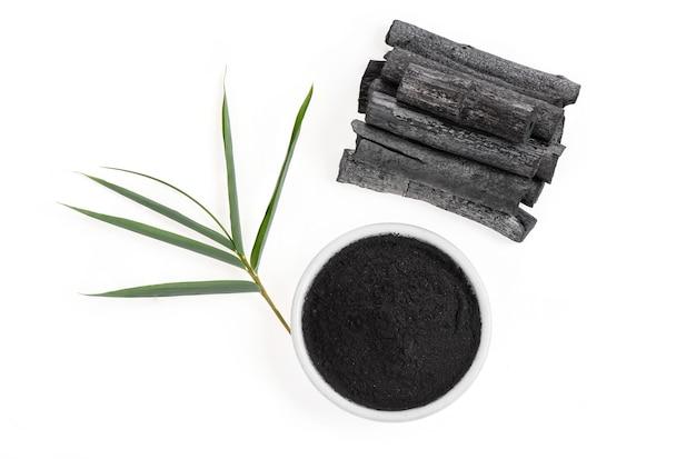 Carbone di bambù isolato su una superficie bianca