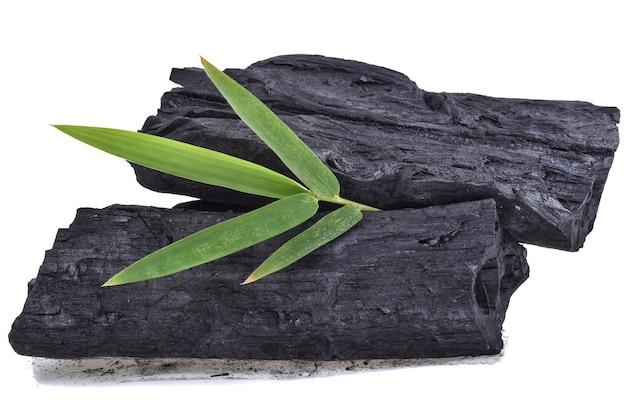 Carbone di bambù isolato su bianco