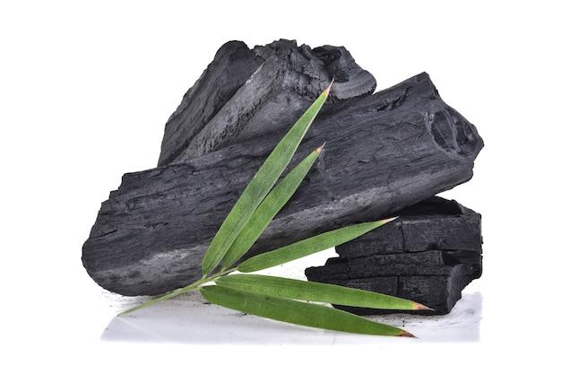 Carbone di bambù isolato su bianco.