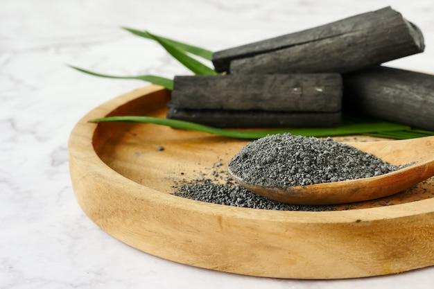 Carbone di bambù e polvere sul tavolo di marmo.