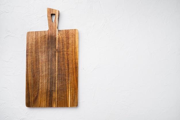 Tagliere da cucina in bambù vuoto per vuoto per spazio copia per testo o cibo, vista dall'alto piatta, su sfondo tavolo in pietra bianca
